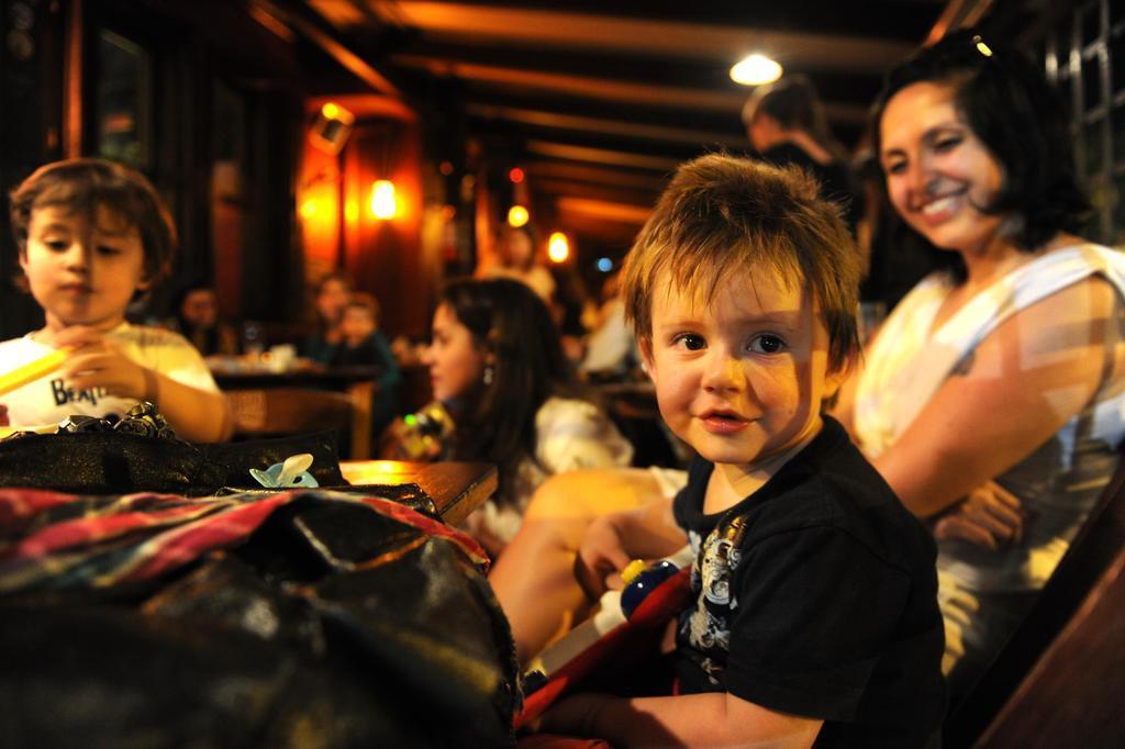 Devo levar as crianças em bares e restaurantes?